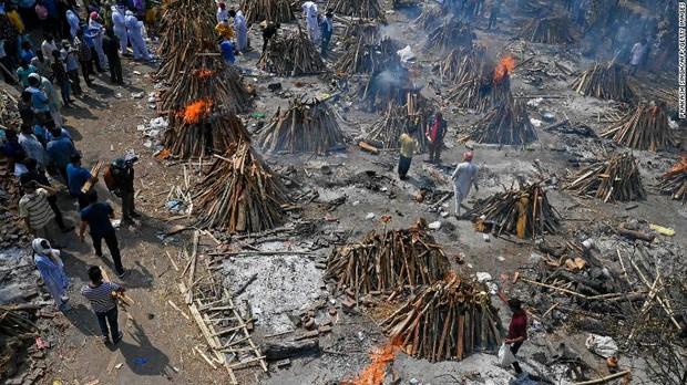 Địa ngục Covid vẫn nhấn chìm Ấn Độ: Thi thể dồn ứ, lò hỏa táng đỏ lửa ngày đêm cũng không đủ, người dân giành giật từng chỗ để hỏa thiêu - Ảnh 3.