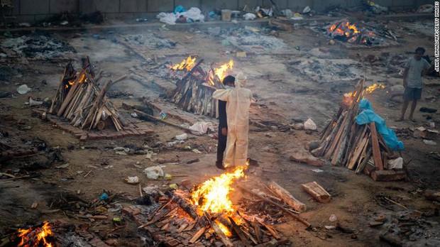 Địa ngục Covid vẫn nhấn chìm Ấn Độ: Thi thể dồn ứ, lò hỏa táng đỏ lửa ngày đêm cũng không đủ, người dân giành giật từng chỗ để hỏa thiêu - Ảnh 1.