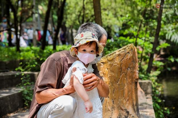 Hàng ngàn người đổ về Thảo Cầm Viên dịp lễ 30/4: Trẻ em, người lớn đều đeo khẩu trang phòng dịch Covid-19 - Ảnh 9.
