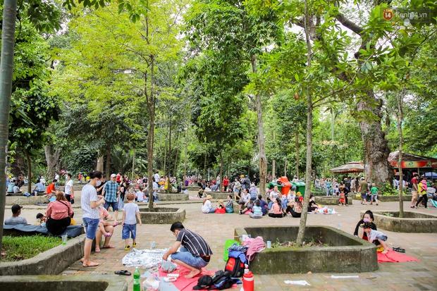Hàng ngàn người đổ về Thảo Cầm Viên dịp lễ 30/4: Trẻ em, người lớn đều đeo khẩu trang phòng dịch Covid-19 - Ảnh 11.