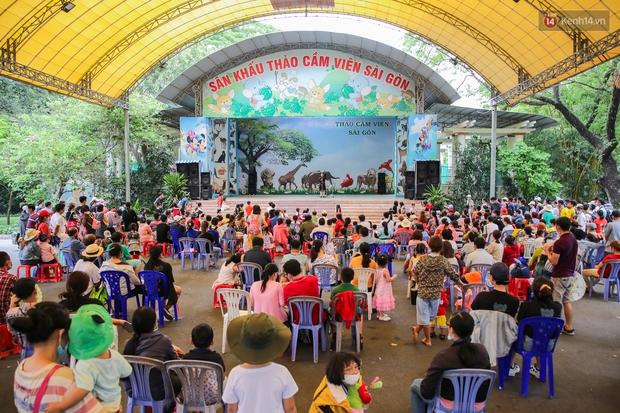 Hàng ngàn người đổ về Thảo Cầm Viên dịp lễ 30/4: Trẻ em, người lớn đều đeo khẩu trang phòng dịch Covid-19 - Ảnh 7.