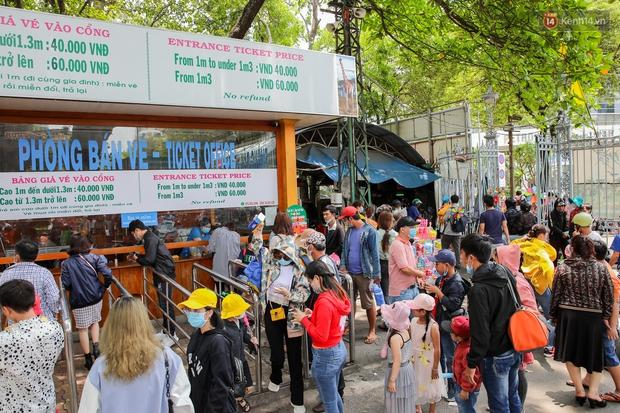 Hàng ngàn người đổ về Thảo Cầm Viên dịp lễ 30/4: Trẻ em, người lớn đều đeo khẩu trang phòng dịch Covid-19 - Ảnh 2.