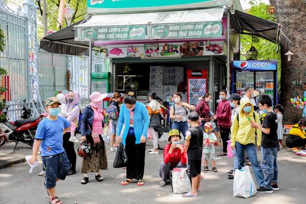 Hàng ngàn người đổ về Thảo Cầm Viên dịp lễ 30/4: Trẻ em, người lớn đều đeo khẩu trang phòng dịch Covid-19 - Ảnh 3.