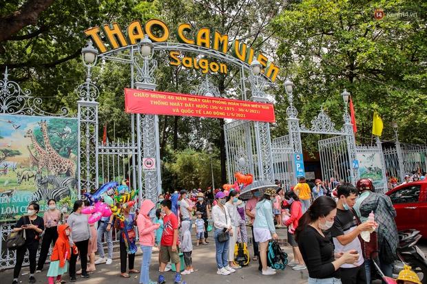 Hàng ngàn người đổ về Thảo Cầm Viên dịp lễ 30/4: Trẻ em, người lớn đều đeo khẩu trang phòng dịch Covid-19 - Ảnh 1.