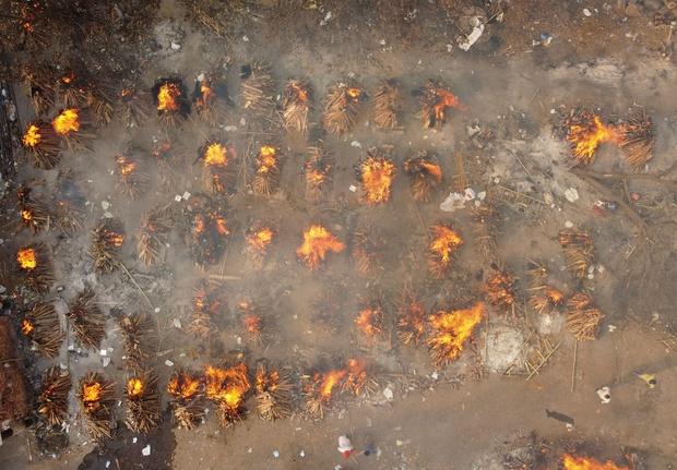 Địa ngục Covid vẫn nhấn chìm Ấn Độ: Thi thể dồn ứ, lò hỏa táng đỏ lửa ngày đêm cũng không đủ, người dân giành giật từng chỗ để hỏa thiêu - Ảnh 2.
