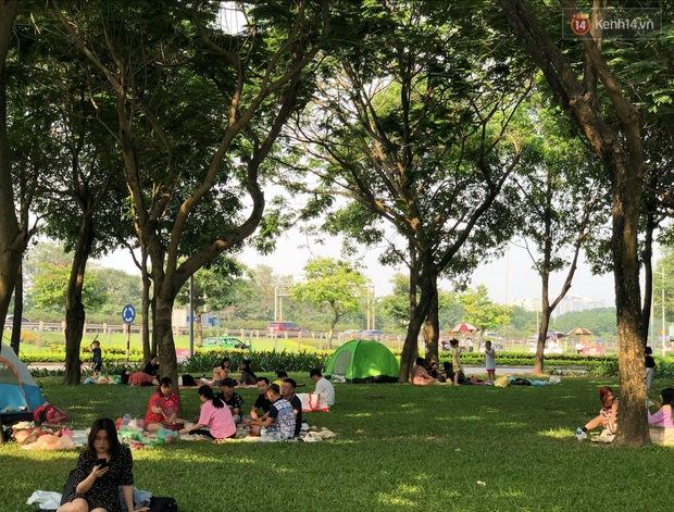Hà Nội trời đẹp, dân tình đổ về công viên Yên Sở camping và dã ngoại  - Ảnh 9.