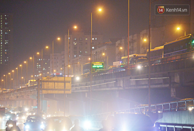 Người dân ùn ùn rời Hà Nội về quê nghỉ lễ, đường vành đai 3 ùn tắc kéo dài cả chục km trong đêm - Ảnh 1.