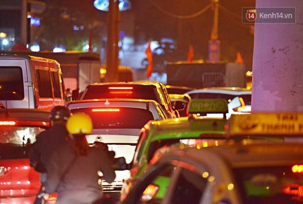 Người dân ùn ùn rời Hà Nội về quê nghỉ lễ, đường vành đai 3 ùn tắc kéo dài cả chục km trong đêm - Ảnh 8.