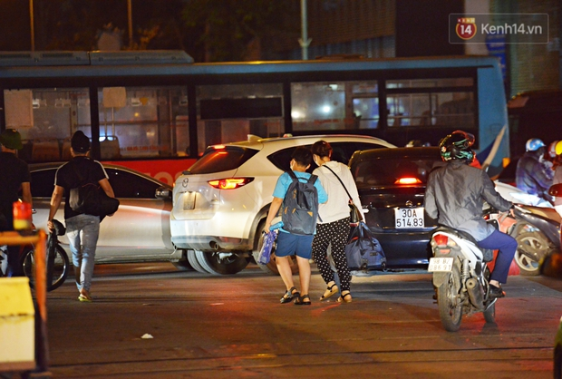 Người dân ùn ùn rời Hà Nội về quê nghỉ lễ, đường vành đai 3 ùn tắc kéo dài cả chục km trong đêm - Ảnh 9.