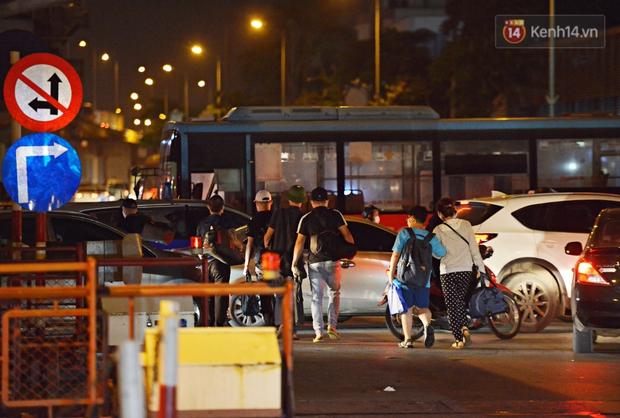 Người dân ùn ùn rời Hà Nội về quê nghỉ lễ, đường vành đai 3 ùn tắc kéo dài cả chục km trong đêm - Ảnh 5.