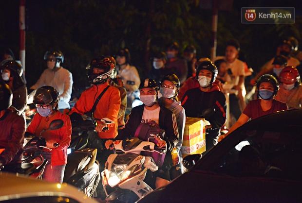 Người dân ùn ùn rời Hà Nội về quê nghỉ lễ, đường vành đai 3 ùn tắc kéo dài cả chục km trong đêm - Ảnh 4.