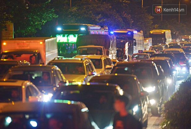 Người dân ùn ùn rời Hà Nội về quê nghỉ lễ, đường vành đai 3 ùn tắc kéo dài cả chục km trong đêm - Ảnh 2.
