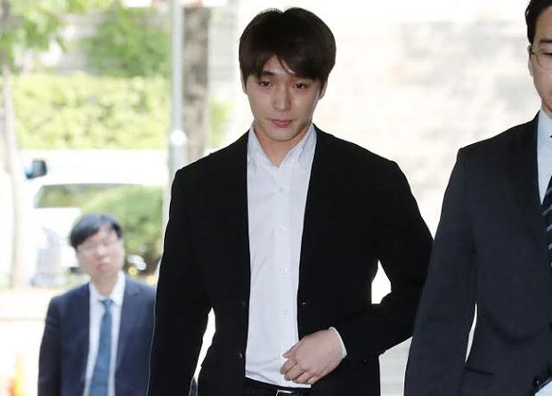 Cựu thành viên F.T. Island bật khóc xin lỗi Seungri trước toà, tình tiết vụ án xã hội đen bị lật ngược, chuyện gì đây? - Ảnh 2.