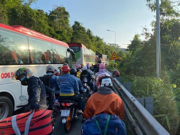 Hàng nghìn du khách đổ về Đà Lạt, đèo Bảo Lộc kẹt xe kinh hoàng từ rạng sáng đến trưa - Ảnh 7.