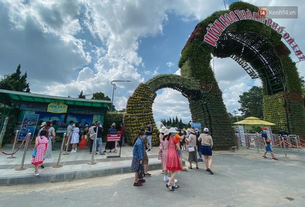 Khác với cảnh kẹt xe kinh hoàng tại cửa ngõ, Đà Lạt vắng vẻ lạ thường trong ngày đầu nghỉ lễ 30/4 - 1/5 - Ảnh 7.
