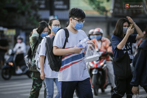 Trường đại học ở TP.HCM phát thông báo khẩn cho sinh viên rời thành phố dịp lễ - Ảnh 1.