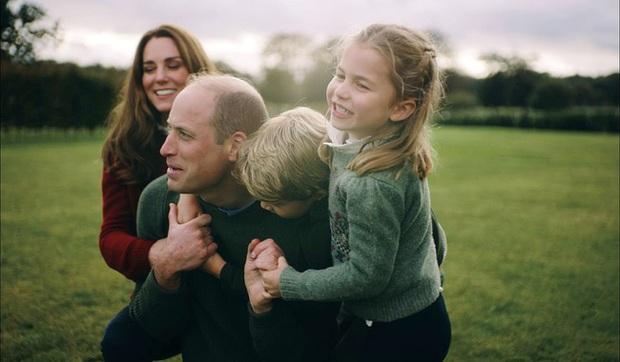 Vợ chồng Công nương Kate chia sẻ đoạn video làm tan chảy trái tim người hâm mộ với loạt khoảnh khắc đời thường vui vẻ bên 3 con - Ảnh 1.