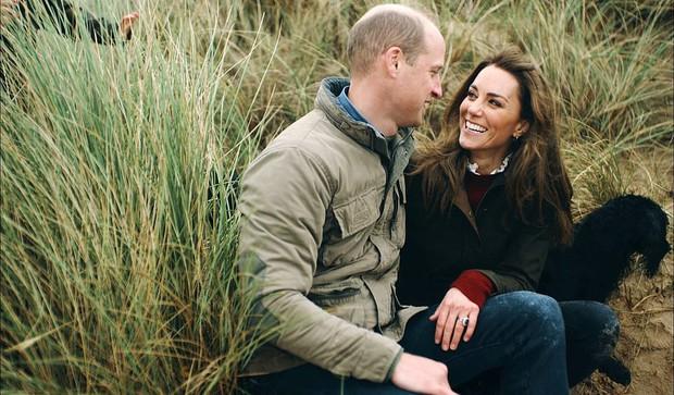 Vợ chồng Công nương Kate chia sẻ đoạn video làm tan chảy trái tim người hâm mộ với loạt khoảnh khắc đời thường vui vẻ bên 3 con - Ảnh 2.