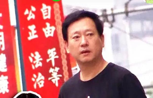 Bố Trịnh Sảng lần đầu xuất hiện sau 3 tháng scandal chấn động nổ ra, lộ gương mặt tiều tụy giữa lúc con gái bị tố trốn thuế - Ảnh 2.