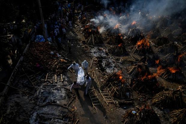 Lời kể ám ảnh của nhà báo Mỹ giữa địa ngục Ấn Độ: Không khí lúc này như thể có độc, ai cũng sợ hít thở, thi thể chất chồng mỗi ngày - Ảnh 1.