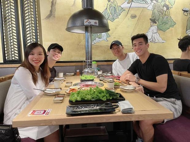 Công Phượng đưa vợ đi ăn tối cùng Tiến Linh, vóc dáng Viên Minh chiếm trọn spotlight - Ảnh 1.