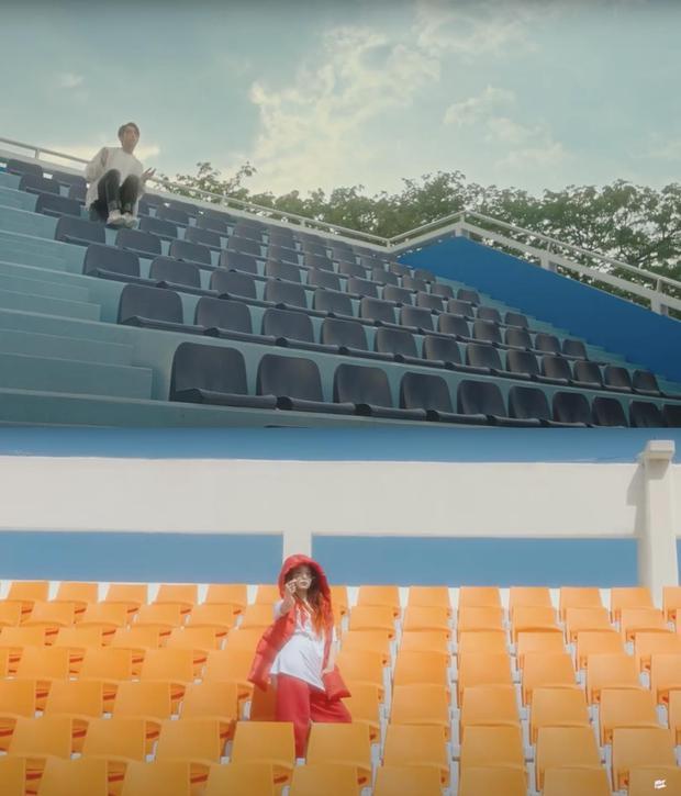 Hết bị tố nhạc giống hit của Đào Bá Lộc, các khung hình trong MV mới của Sơn Tùng lại bị soi na ná MV của IU từ 2 năm trước - Ảnh 6.