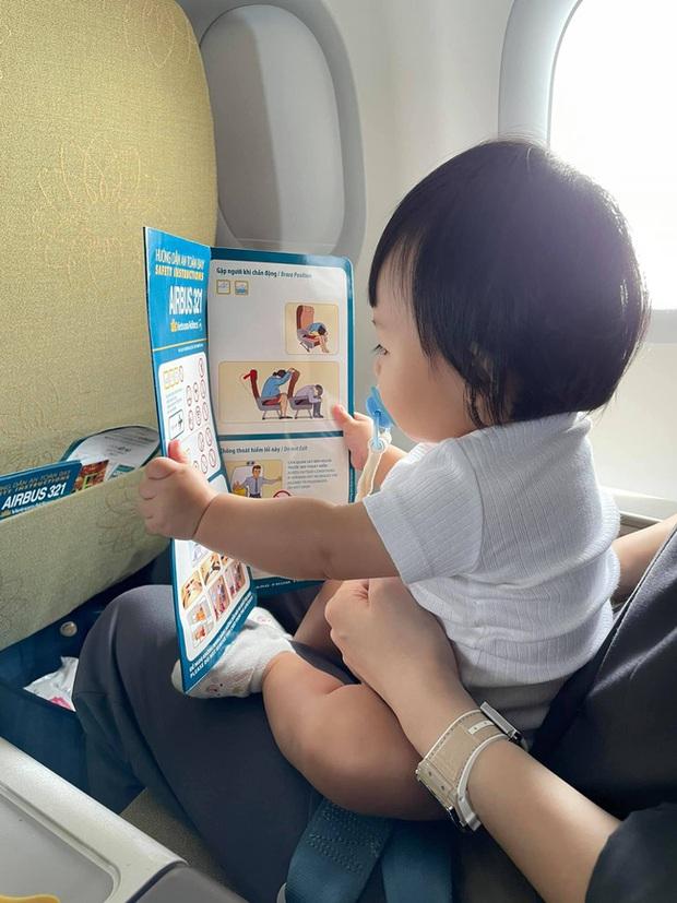 Con gái Cường Đô La mới mấy tháng tuổi đã chăm chú đọc hướng dẫn như thật, ra dáng bà cụ non lắm rồi đấy! - Ảnh 2.