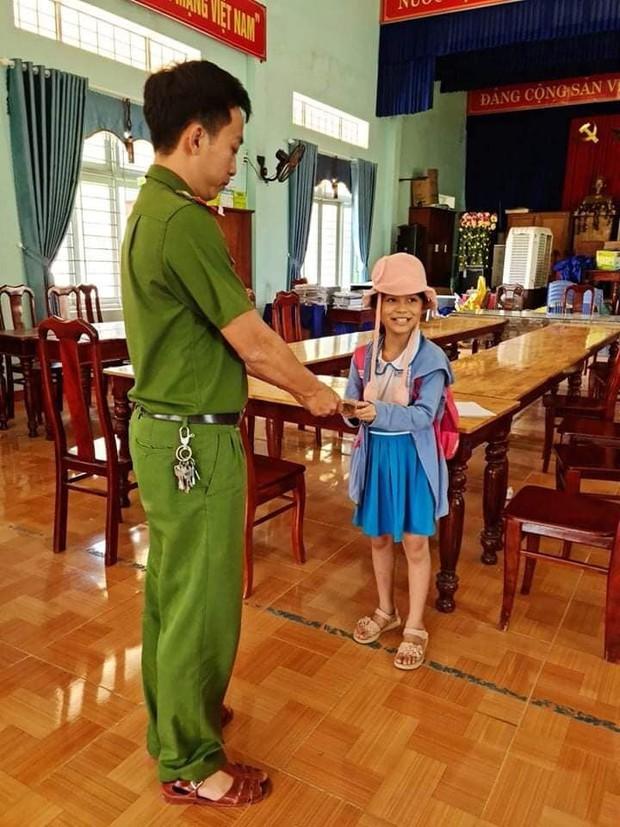 Bé gái lớp 2 mang 20 triệu đồng nhặt được đến ủy ban xã nhờ trả lại cho người mất dù nhà em rất nghèo, mẹ bị ung thư - Ảnh 2.