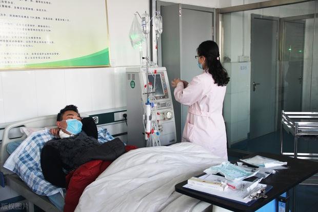 Tưởng bị cảm lạnh thông thường, ai ngờ amidan của người đàn ông 30 tuổi phình to, chảy mủ ròng ròng - Ảnh 1.