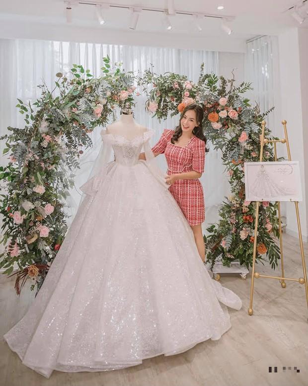 Nữ ca sĩ Việt bỗng gây xôn xao vì hôn lễ với chồng hơn 12 tuổi: Choáng nhất váy cưới giá 1 tỷ đồng đính 80.000 viên pha lê, kim cương - Ảnh 9.