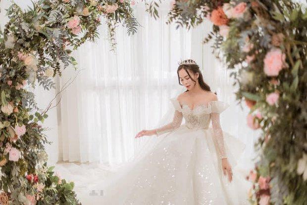Nữ ca sĩ Việt bỗng gây xôn xao vì hôn lễ với chồng hơn 12 tuổi: Choáng nhất váy cưới giá 1 tỷ đồng đính 80.000 viên pha lê, kim cương - Ảnh 8.
