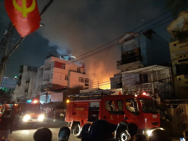 Hiện trường kinh hoàng vụ cháy nhà khiến 4 người tử vong trên phố Hà Nội: Khói vẫn âm ỉ bốc lên trên tầng tum - Ảnh 3.