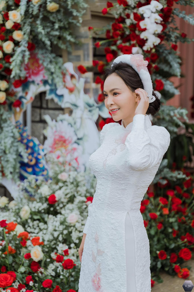 Nữ ca sĩ Việt bỗng gây xôn xao vì hôn lễ với chồng hơn 12 tuổi: Choáng nhất váy cưới giá 1 tỷ đồng đính 80.000 viên pha lê, kim cương - Ảnh 5.