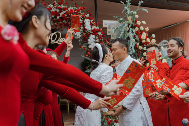 Nữ ca sĩ Việt bỗng gây xôn xao vì hôn lễ với chồng hơn 12 tuổi: Choáng nhất váy cưới giá 1 tỷ đồng đính 80.000 viên pha lê, kim cương - Ảnh 10.