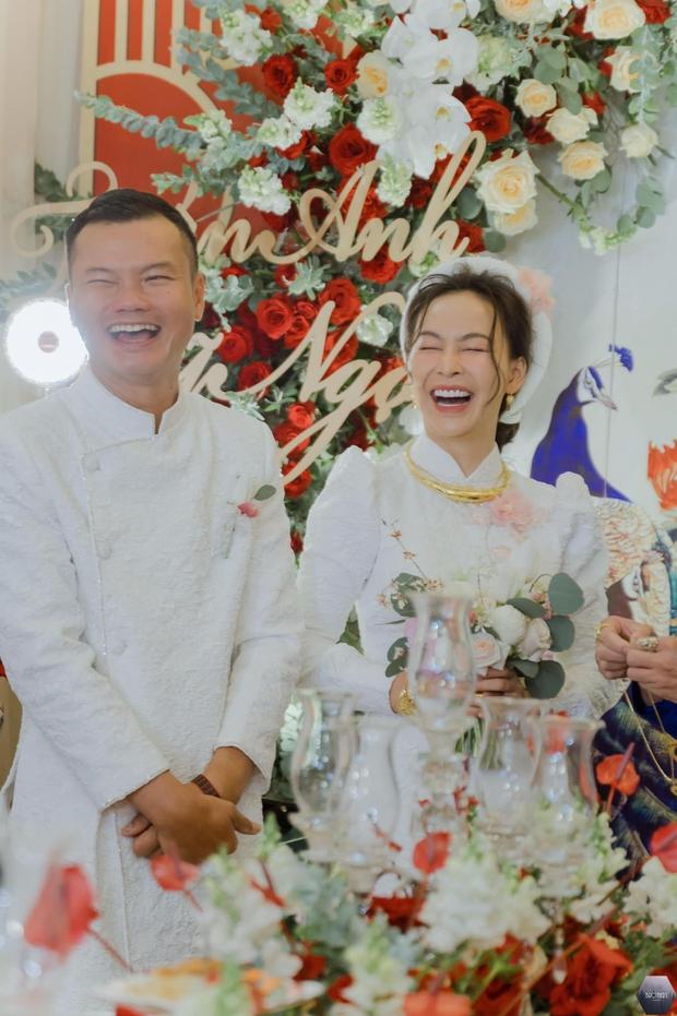 Nữ ca sĩ Việt bỗng gây xôn xao vì hôn lễ với chồng hơn 12 tuổi: Choáng nhất váy cưới giá 1 tỷ đồng đính 80.000 viên pha lê, kim cương - Ảnh 2.