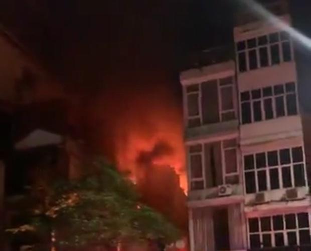 Hiện trường kinh hoàng vụ cháy nhà khiến 4 người tử vong trên phố Hà Nội: Khói vẫn âm ỉ bốc lên trên tầng tum - Ảnh 2.