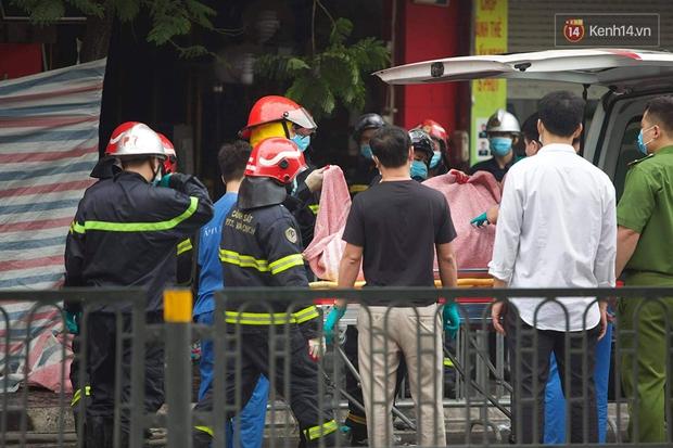 Hiện trường kinh hoàng vụ cháy nhà khiến 4 người tử vong trên phố Hà Nội: Khói vẫn âm ỉ bốc lên trên tầng tum - Ảnh 7.