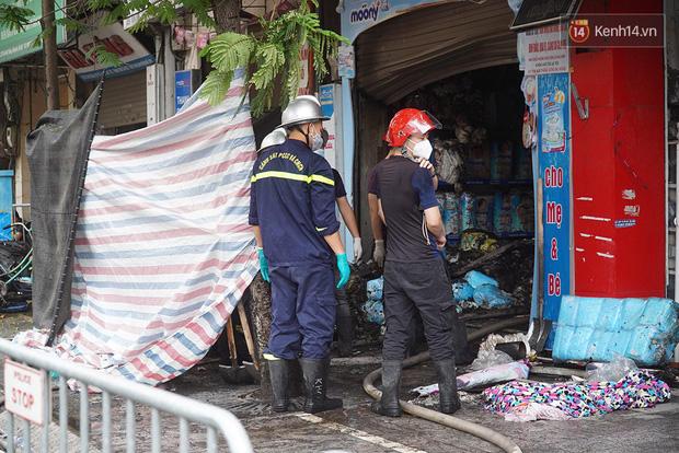 Hiện trường kinh hoàng vụ cháy nhà khiến 4 người tử vong trên phố Hà Nội: Khói vẫn âm ỉ bốc lên trên tầng tum - Ảnh 6.