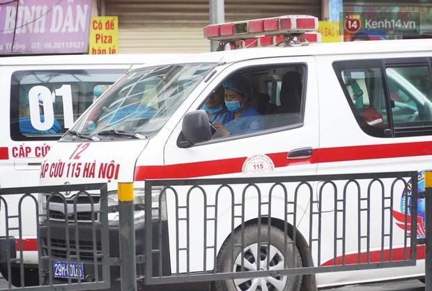 Hiện trường kinh hoàng vụ cháy nhà khiến 4 người tử vong trên phố Hà Nội: Khói vẫn âm ỉ bốc lên trên tầng tum - Ảnh 8.