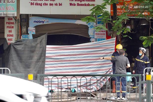Hiện trường kinh hoàng vụ cháy nhà khiến 4 người tử vong trên phố Hà Nội: Khói vẫn âm ỉ bốc lên trên tầng tum - Ảnh 5.