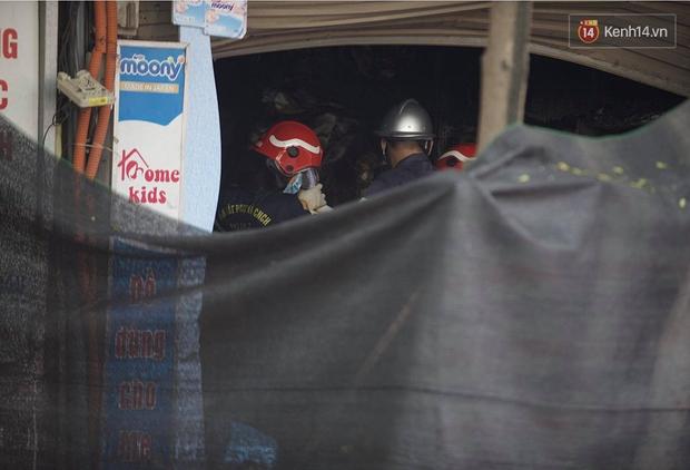 Hiện trường kinh hoàng vụ cháy nhà khiến 4 người tử vong trên phố Hà Nội: Khói vẫn âm ỉ bốc lên trên tầng tum - Ảnh 16.