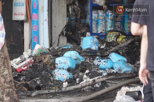 Hiện trường kinh hoàng vụ cháy nhà khiến 4 người tử vong trên phố Hà Nội: Khói vẫn âm ỉ bốc lên trên tầng tum - Ảnh 12.