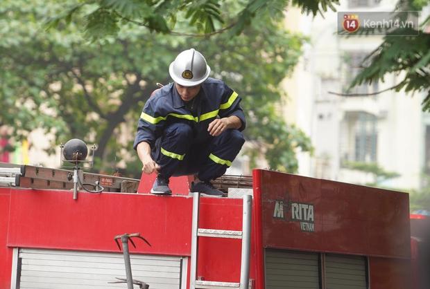 Hiện trường kinh hoàng vụ cháy nhà khiến 4 người tử vong trên phố Hà Nội: Khói vẫn âm ỉ bốc lên trên tầng tum - Ảnh 10.