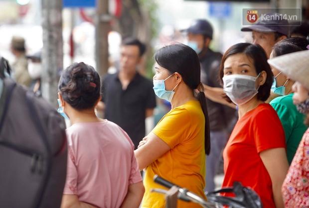 Hiện trường kinh hoàng vụ cháy nhà khiến 4 người tử vong trên phố Hà Nội: Khói vẫn âm ỉ bốc lên trên tầng tum - Ảnh 15.