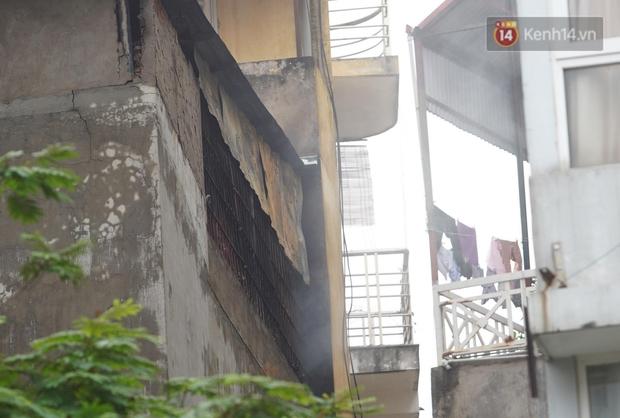 Hiện trường kinh hoàng vụ cháy nhà khiến 4 người tử vong trên phố Hà Nội: Khói vẫn âm ỉ bốc lên trên tầng tum - Ảnh 14.