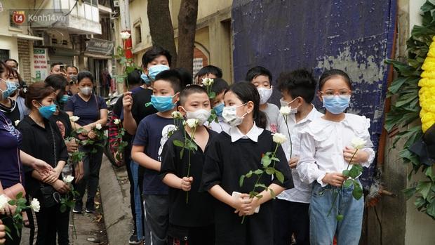 Ảnh: Tang thương đám tang cả gia đình tử vong trong vụ cháy, các em học sinh lớp 4 cầm nhành hoa trắng đưa tiễn bạn về nơi an nghỉ cuối cùng - Ảnh 6.