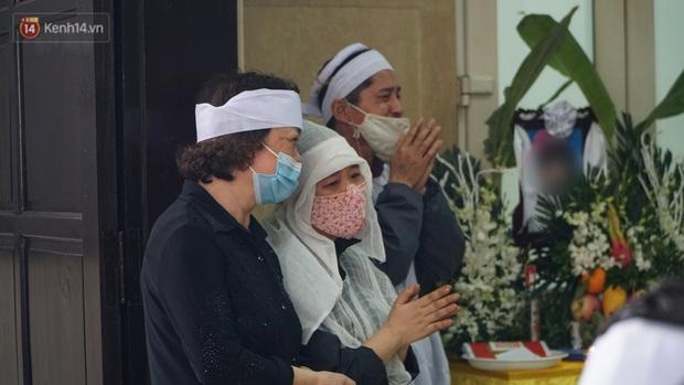 Ảnh: Tang thương đám tang cả gia đình tử vong trong vụ cháy, các em học sinh lớp 4 cầm nhành hoa trắng đưa tiễn bạn về nơi an nghỉ cuối cùng - Ảnh 9.