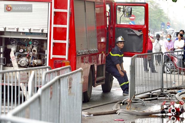 Hiện trường kinh hoàng vụ cháy nhà khiến 4 người tử vong trên phố Hà Nội: Khói vẫn âm ỉ bốc lên trên tầng tum - Ảnh 11.