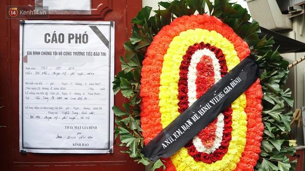 Ảnh: Tang thương đám tang cả gia đình tử vong trong vụ cháy, các em học sinh lớp 4 cầm nhành hoa trắng đưa tiễn bạn về nơi an nghỉ cuối cùng - Ảnh 4.