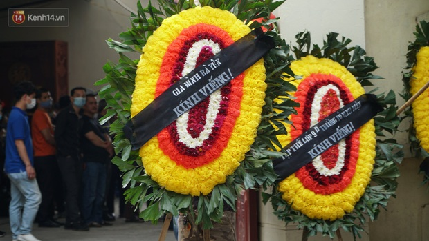 Ảnh: Tang thương đám tang cả gia đình tử vong trong vụ cháy, các em học sinh lớp 4 cầm nhành hoa trắng đưa tiễn bạn về nơi an nghỉ cuối cùng - Ảnh 5.